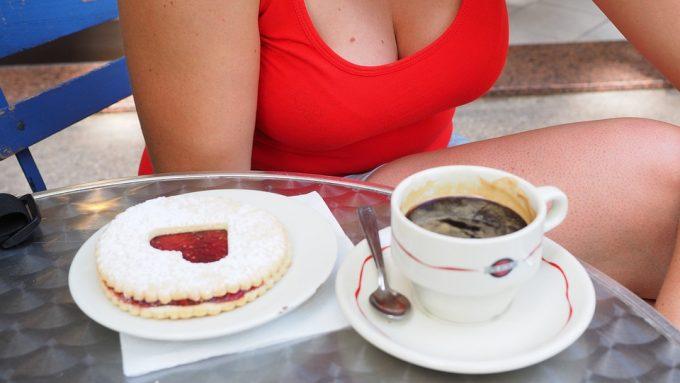 Comment aborder et draguer une fille à la terrasse d'un café