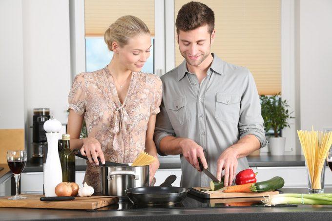 Cuisiner pour elle, une bonne technique de séduction pour la faire venir chez vous